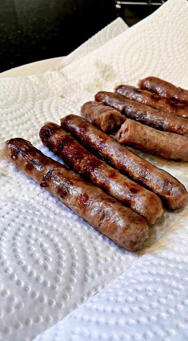 browned sausage links with grill marks on paper towel