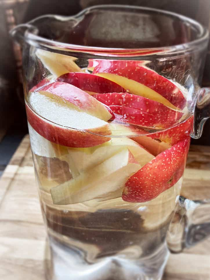 apple slices in water